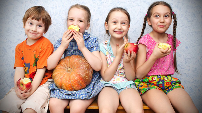 children-eating-apples_Fruits