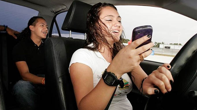 Irresponsible Driving-teens-texting